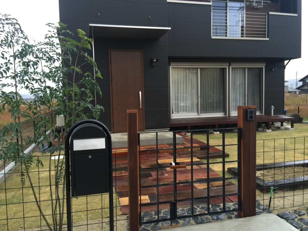枕木のアプローチ&ウリンの門柱施工例